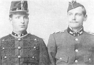 1st Lt. Sarel Eloff of Fortress Artillery Corps (R), unnamed 2nd Lt. of Staatsartillerie (L)