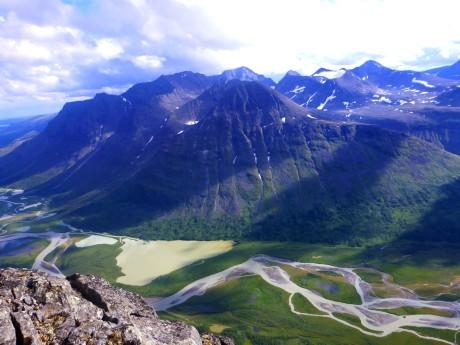 River, lake, peaks.